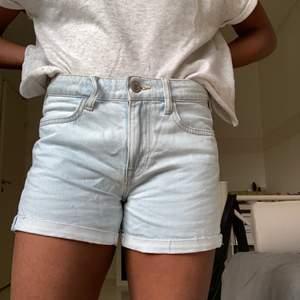 Lågmidjade jeansshorts i ljusblå ton, knappt använda och fint skick