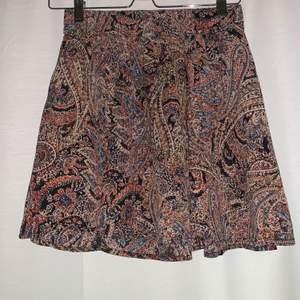 Supersöt mönstrad kjol från ONLY. Storleken är 36 men det är stretch i midjan så passar även en 38. Sparsamt använd! Frakten ligger på 49kr och betalas av köparen ✨