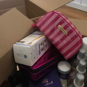 Beautybox värde ca. 10 000kr och består av 53 produkter. Bland annat av märkena victoria secret, tarte, marc jacobs, hollister, la roche-posay, clarins, skinroller, lancome. Säljes först till kvarn! Spårbar frakt ingår i priset. Vissa är använda/testade