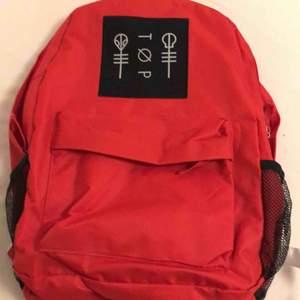 En twenty one pilots ryggsäck i köpt 2017 och endast använd en gång (på bilden). Inget band jag gillar längre och den är i nyskick då den endast legat i en låda i två år. Nypris 30 dollar, typ 300kr. Kan frakta eller mötas