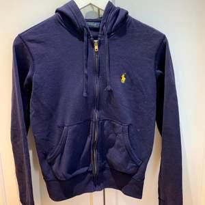 Säljer min snygga Ralph Lauren hoodie i storlek S, då den inte kommer till användning. Hoodien är i gott men använt skick. 💓
