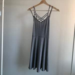 Klänning i S köpt från hollister, aldrig använd och prislappen sitter kvar. Är korsad i ryggen därav får jag ingen bild på hela klänningen för den viker in sig på galgen. Skriv om du är intresserad eller undrar något💕