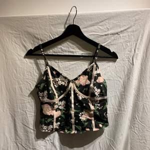 Ett linne / topp med snygg design. Använd 1 gång och är i gott skick. Säljs då den inte används