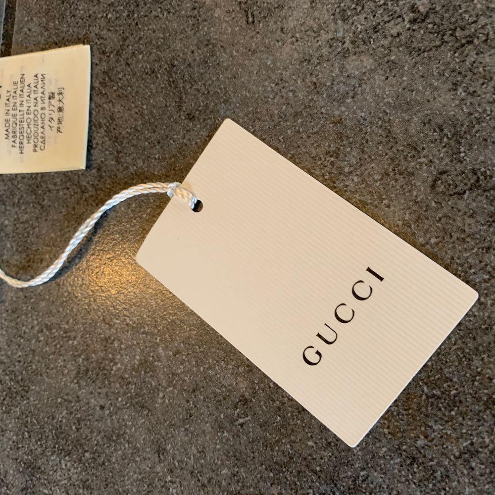 Gucci scarf                                                                         Helt oanvänd och ny! Prislappen är kvar, den är köpt från NK. Nypris på denna är 1250kr                                  Riktigt snyggt som accessoar för både tjejer och killar!                                                                                    Har ni några frågor har gärna av er!. Accessoarer.
