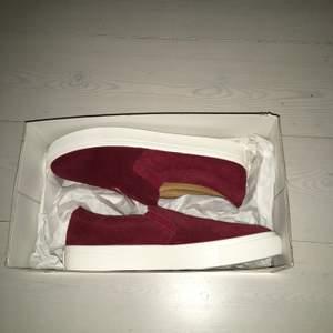 Vinröda sneakers i storlek 39. Aldrig använda. Får med box.