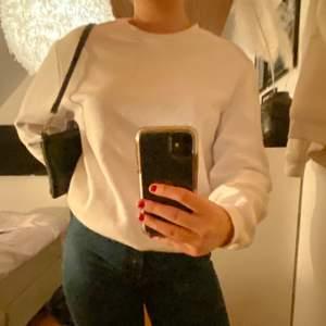 En vit sweatshirt, super snygg och går att ha till allt. Frakt tillkommer