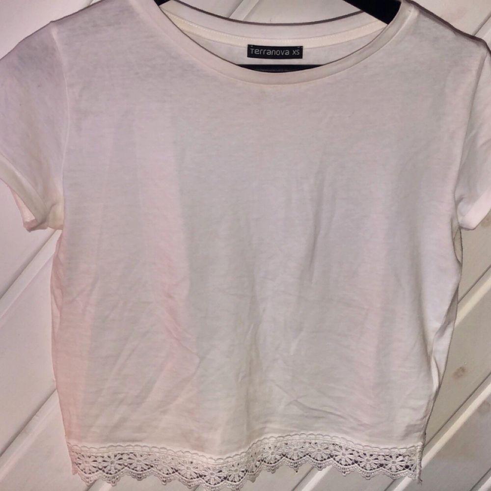 Oanvänd fin vit tröja med detalj nertill. Storlek XS men passar även en S :). Toppar.