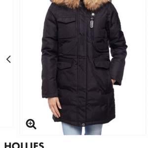 Säljer nu min hollies jacka, äkta päls. Köpte den förra vintern, men använde den knappt, så det är typ nyskick. Köpte den för 4849kr o säljer den för 4000kr. Priset kan diskuteras. Kan skicka fler bilder vid intresse. Köparen står för frakt men kan även mötas upp i Västerås.