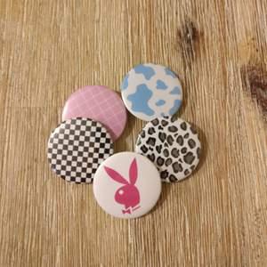 Söta pins, 5 för 50:- + frakt. 💕 Vi säljer även separata pins på vår profil för 10:-/st och gör custom made pins för 25:- ✨