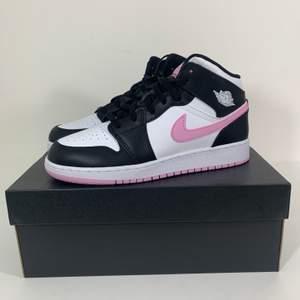 Hej! Säljer några par helt oanvända 'Arctic Pink' Jordans i storlekar 37.5-40!!! Kvitto finns, helt äkta. Kan mötas upp i Stockholm eller posta spårbart och dubbelboxat för 95kr. Köp från en pålitlig säljare! Pris 1795:-