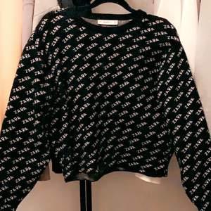 Säljer min zara tröja då den inte kmr till användning längre. Använt men fint skick! Skiv för fler frågor💕