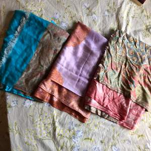 Tre sjalar, en blå, rosa och lila, alla med olika bohemiska mönster. Superskönt material, alla i bra skick. Kan användas som topp, kjol och sjal beroende på hur man viker dem:) 50kr styck eller alla för 100