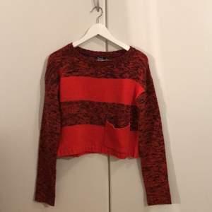Rödrandig stickad tröja i fint skick. Storlek XS, men stor i storleken så passar även S/M. 100% akryl.