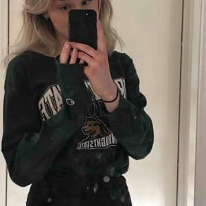 Jättefin långärmad mörkgrön tröja från champion! Köpt på beyond retro, jättebra kvalitet men kommer tyvärr inte till användning. fraktkostnad tillkommer 💕