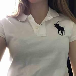 Vit Ralph Lauren tröja i storlek S. Använd en gång och säljer då det inte är min stil. Nypris 1200kr, mitt pris 600kr plus frakt.