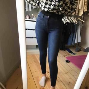 Ett par blåa tighta jeans från bikbok. Jeansen har storlek XS och är i nyskick. Passar bra i längd för mig som är 165cm. Köps för 175kr plus frakt, nypris ca 600kr.