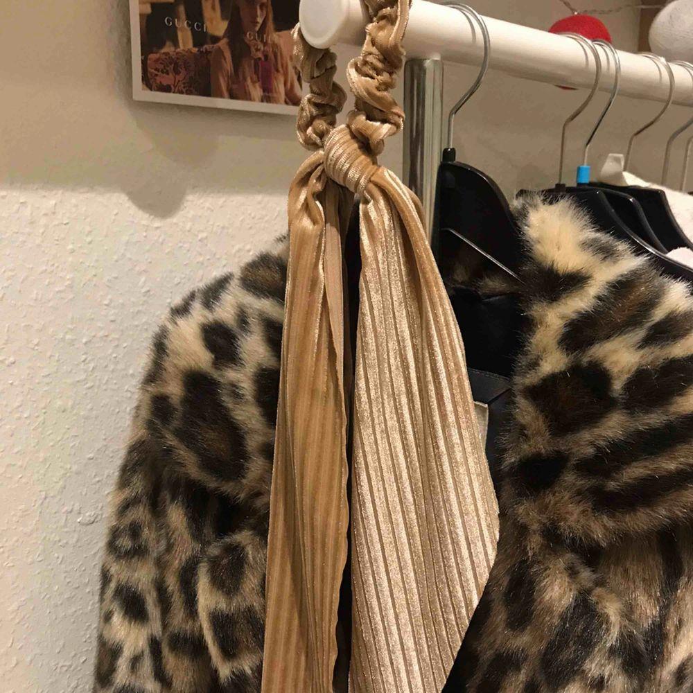 """rosa/beige Scrunchie/toffs med långa """"rosett"""" detaljer Köpt i Spanien i julas men använder den inte längre:(  Fint skick!!🥰. Accessoarer."""