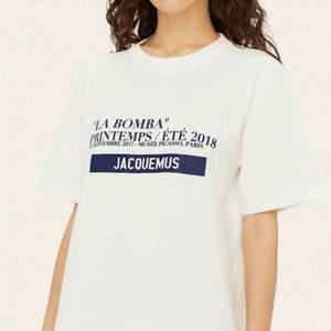 jacquemus LA BOMBA t-shirt från förra året. använd cirka 3-4 gånger. i mycket gott skick! skickar mer bilder om det förfrågas! ok att lägga bud!