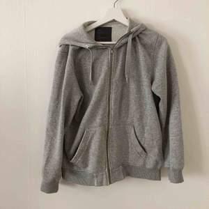 Classic grå hoodie från H&M. Bra skick, förutom längst ner på armarna där sömmarna gått upp lite (se bild 2) men syns ej när man har på sig den.