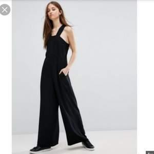 Jättesnygg jumpsuit från Weekday, passar tyvärr inte längre så ligger bara i garderoben :/ Storlek 34/XS🌺✨