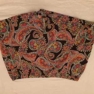Jättefina skjorts från London som ser ut som en kjol framtill. Det är storlek 42 men jag skulle säga att det är storlek 40  Frakt tillkommer