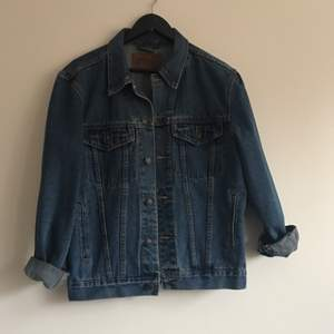 Oversized jeans jacka. Storlek S-M beroende på hur man vill att den ska sitta. Pris är exkl frakt✨