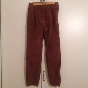 Byxor i brun mocka, äkta läder. Fint skick, höga i midjan med raka ben.
