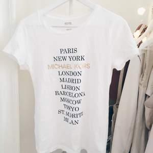 Helt oanvänd äkta Michael kors t-shirt. Supersnygg, säljer pga lite för liten. Funkar även som XS!  Finns i centrala Stockholm.  Nypris. 699