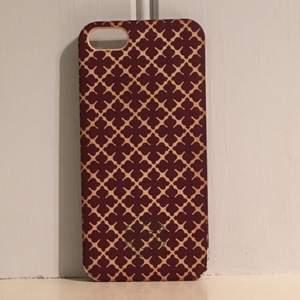 Malene by Malene Birger skal. Passar iPhone 5. Tar swish! 75 kr. Vinrött med vit/beige bakgrund. Ord pris 300kr.