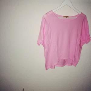 Lite kortare t-shirt från Zara. Jätteskön och toppskick! Lite skrynklig bara