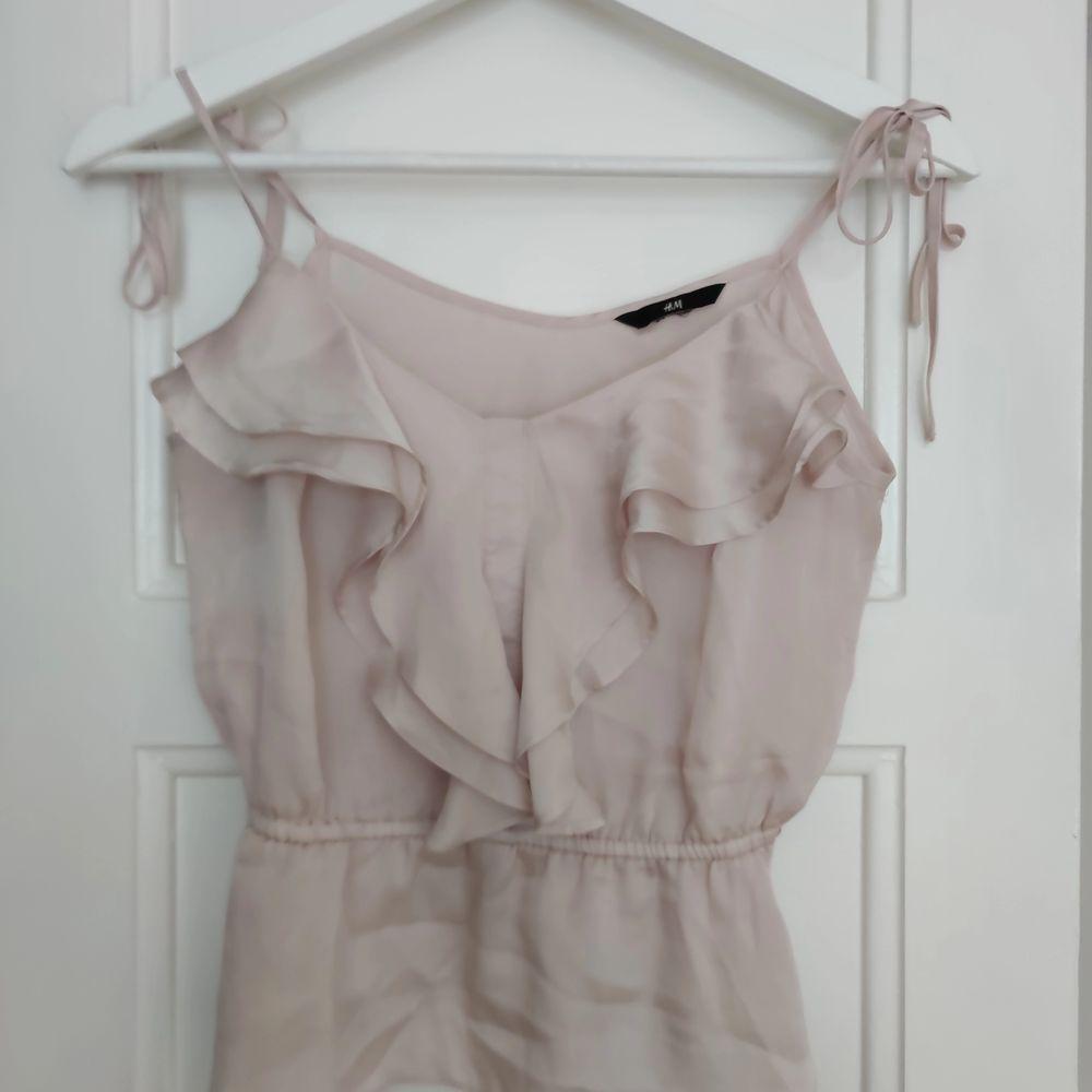 Linne från H&M i pastell ljus rosa, blus material i strl 34/36 justerbara band • frakt ingår  • Jag ansvarar ej för postens eventuella slarv. . Toppar.