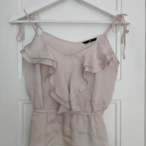 Linne från H&M i pastell ljus rosa, blus material i strl 34/36 justerbara band • frakt ingår  • Jag ansvarar ej för postens eventuella slarv.