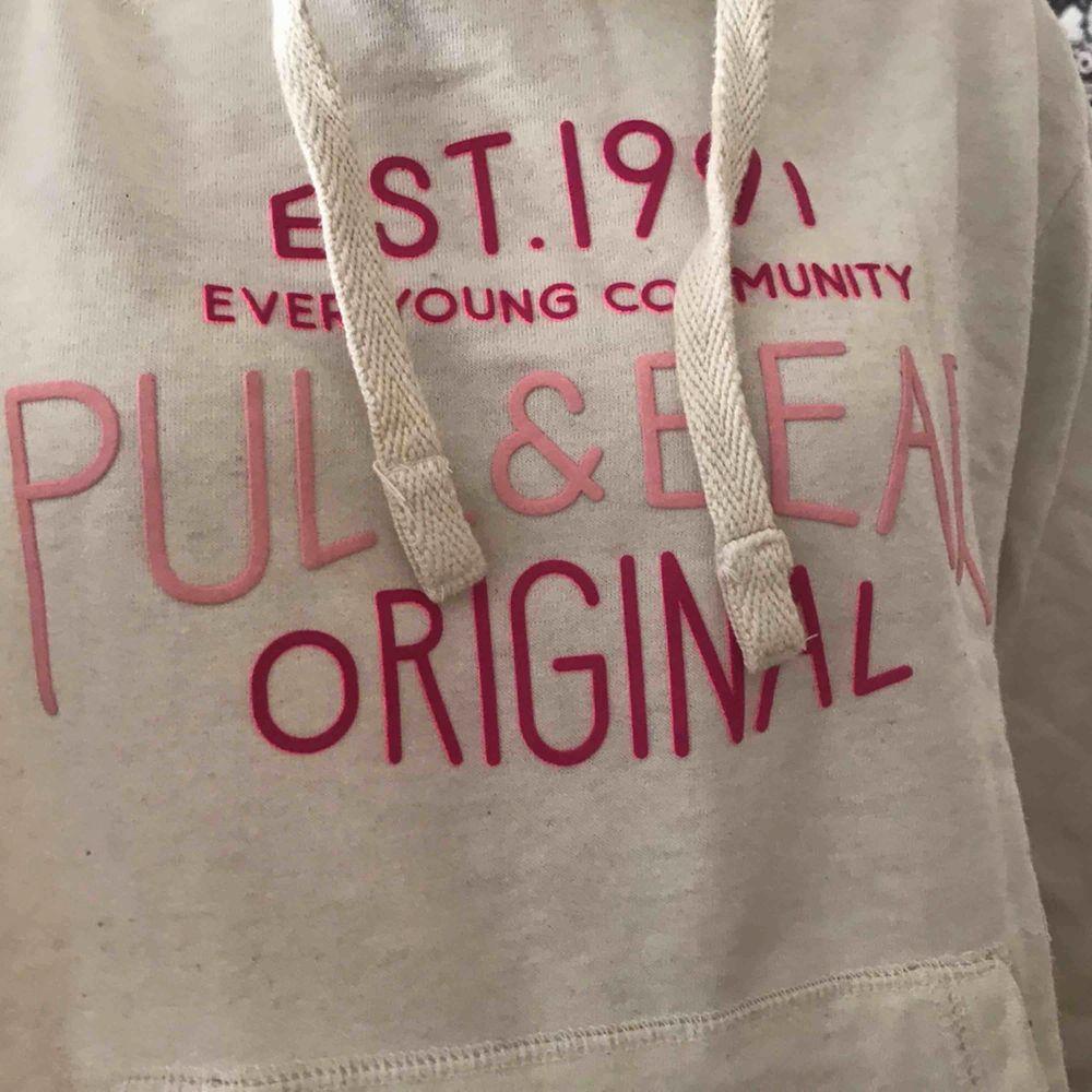 Hoodie från Pull&bear med rosa text. Mycket bra skick. Köparen står för frakten. Kan även mötas upp i Stockholm.. Huvtröjor & Träningströjor.