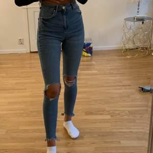 Ett par ass snygga högmidjade jeans med slitningar från Gina Tricot som tyvärr inte kommer till användning längre, byxorna passa xs/s, nypris på ca 600kr
