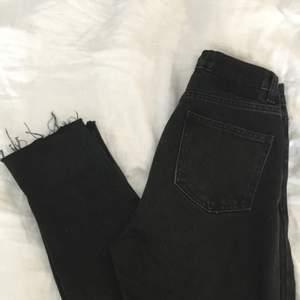 Säljer dehär fina svarta mom jeansen. Sitter lite pösigare vid vaderna o lite tightare runt rumpan. 🥰 Köparen står för frakten. 🥰 SNÄLLA skriv inte om ni inte kommer svara