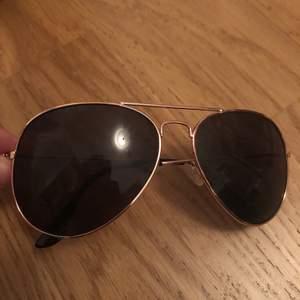 Pilotbrillor, solgalsögon från Nelly. Aldrig använda, passar ej mig. Köparen står för frakten