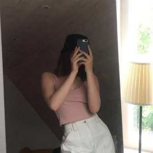 Säljer ett fint ribbat linne i rosa! Storlek S men skulle säga att det är litet i storlek så mer en XS!