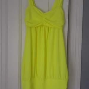 Neongul klänning köpt i Turkiet! Osäker på storleken men jag är 168cm lång och brukar ha storlek S, och klänningen passar bra. 💫