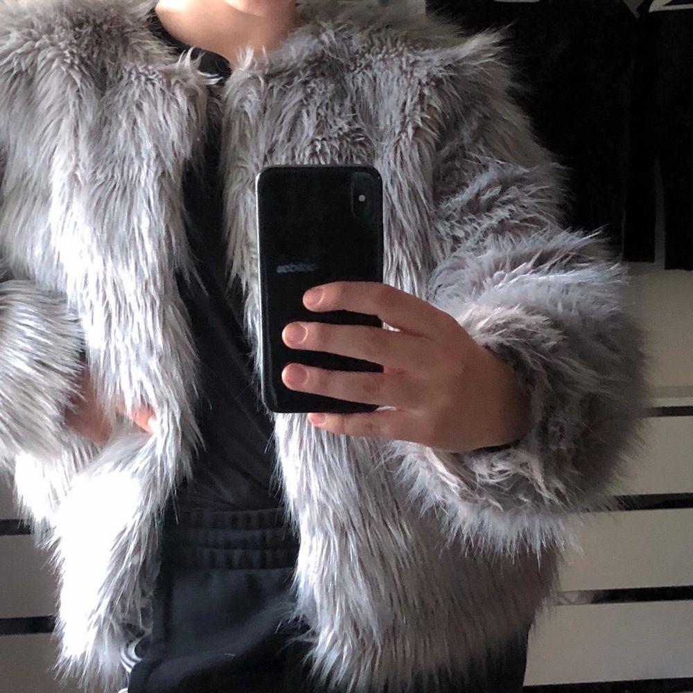 En varm och skön jacka ifrån H&M devided, säljer den pga att jag inte använder den. Använd max 2 ggr och den är i storlek M. Köpte den för 499 💞. Jackor.