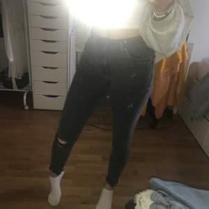 fina Jeans frpn Zara i grå färg. Mycket sköna och bra skick. Säljer för jag inte använder. Mer info i bio.