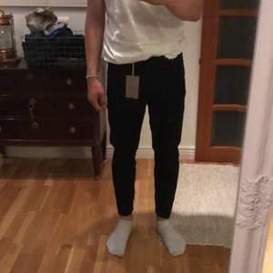 Snygga svarta jeans från New look! Helt oanvända, till och med lappen finns kvar! Säljes pågrund av att de aldrig kommit till användning. Storlek 28x30.