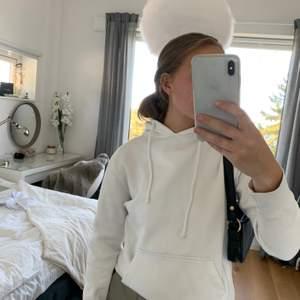 Vit hoodie från Pull And Bear. Nyskick! Köpt för ca 250kr