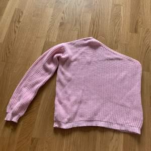Rosa stickad tröja med en arm. Använd 1 gång. Från Nelly.com. 100kr inklusive frakt.