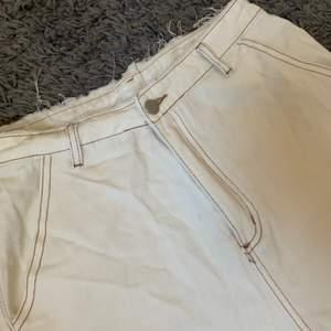 Snygga vita raka jeans, sitter snyggt på. Men har växt ur dom så därför jag säljer.