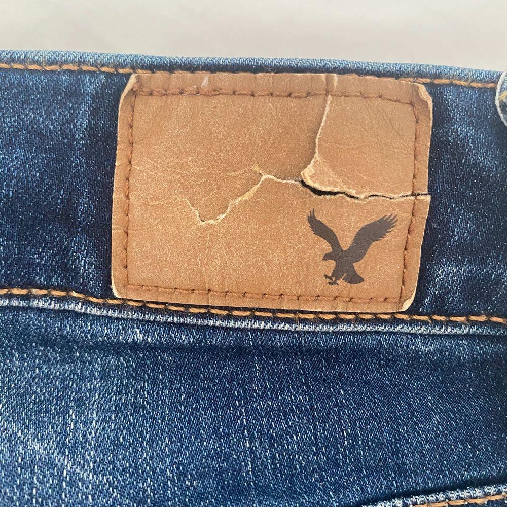 Mörktvättade hi-rise jeans från American Eagle, använd fåtal gånger. Lappen där bak är det ända som är slitet. Köparen står för eventuell frakt🌸. Jeans & Byxor.
