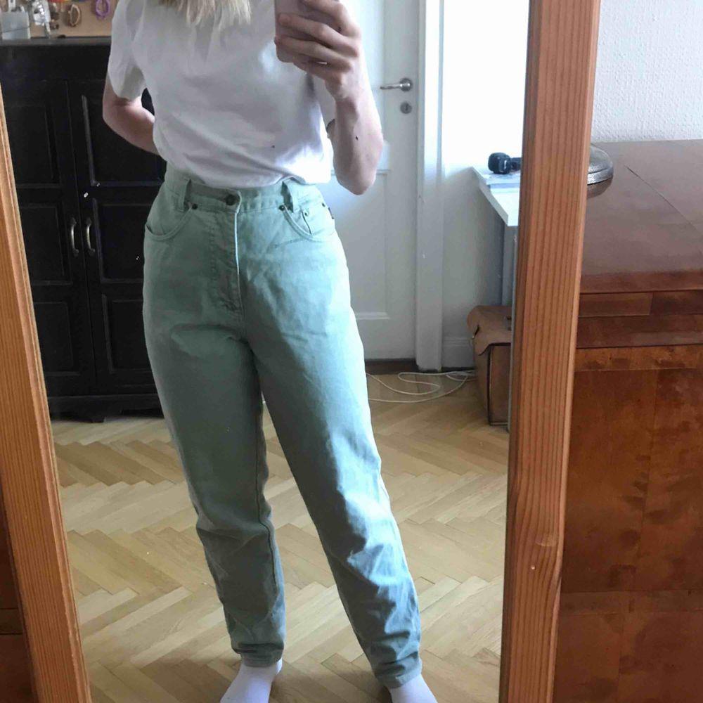 Pastellgröna jeans i mycket bra skick. Långa i benen. Trendig färg. Köparen står för frakten. Kan även mötas upp i Stockholm . Jeans & Byxor.