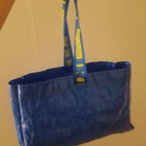 Hemagjord ikea väska,ä. Säljer till den som budar högst:)