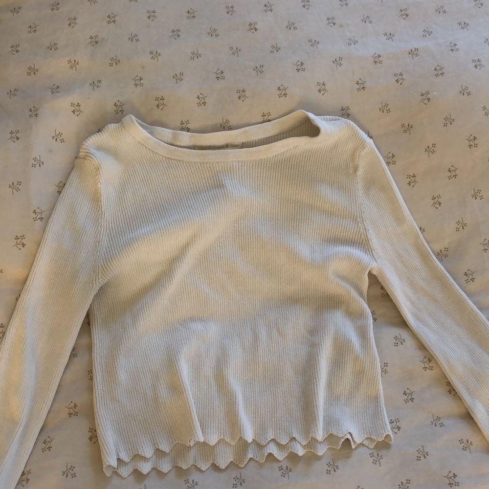 En vit tröja men fina detaljer. Toppar.