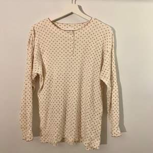 """jättesöt långärmad """"button up shirt"""" köpt på second hand:) jätteskön och stretchig! står stl.170, skulle säga att det är en M"""