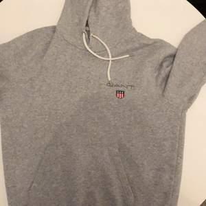 Grå gant hoodie i bra skick. Knappt använd. Möts i malmö eller postas, köparen står för frakten. Skriv om du undrar något!